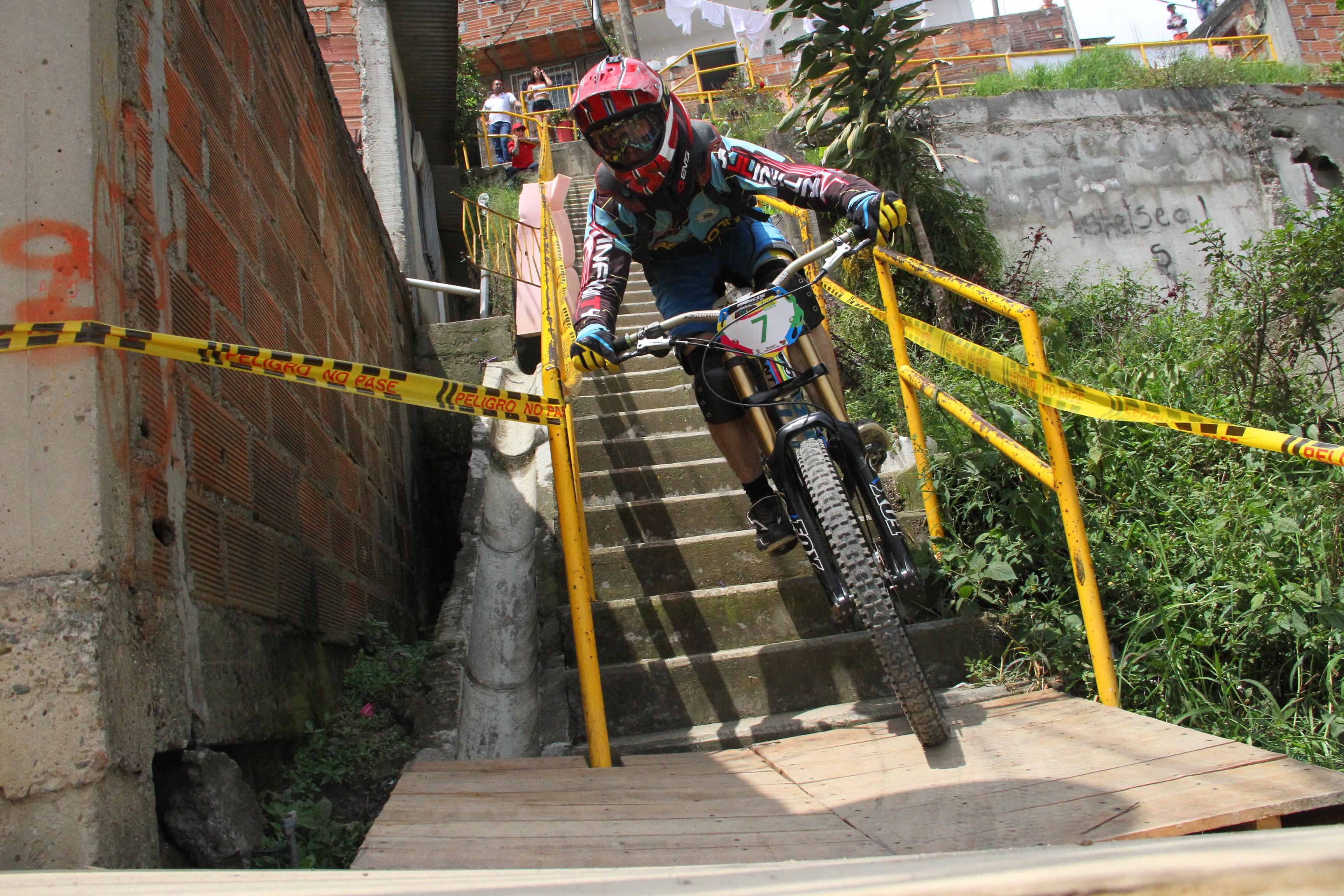 downhill-urban-bike-inder-adrenalina-bicicleta-medellin-ciudad-inteligente2-14